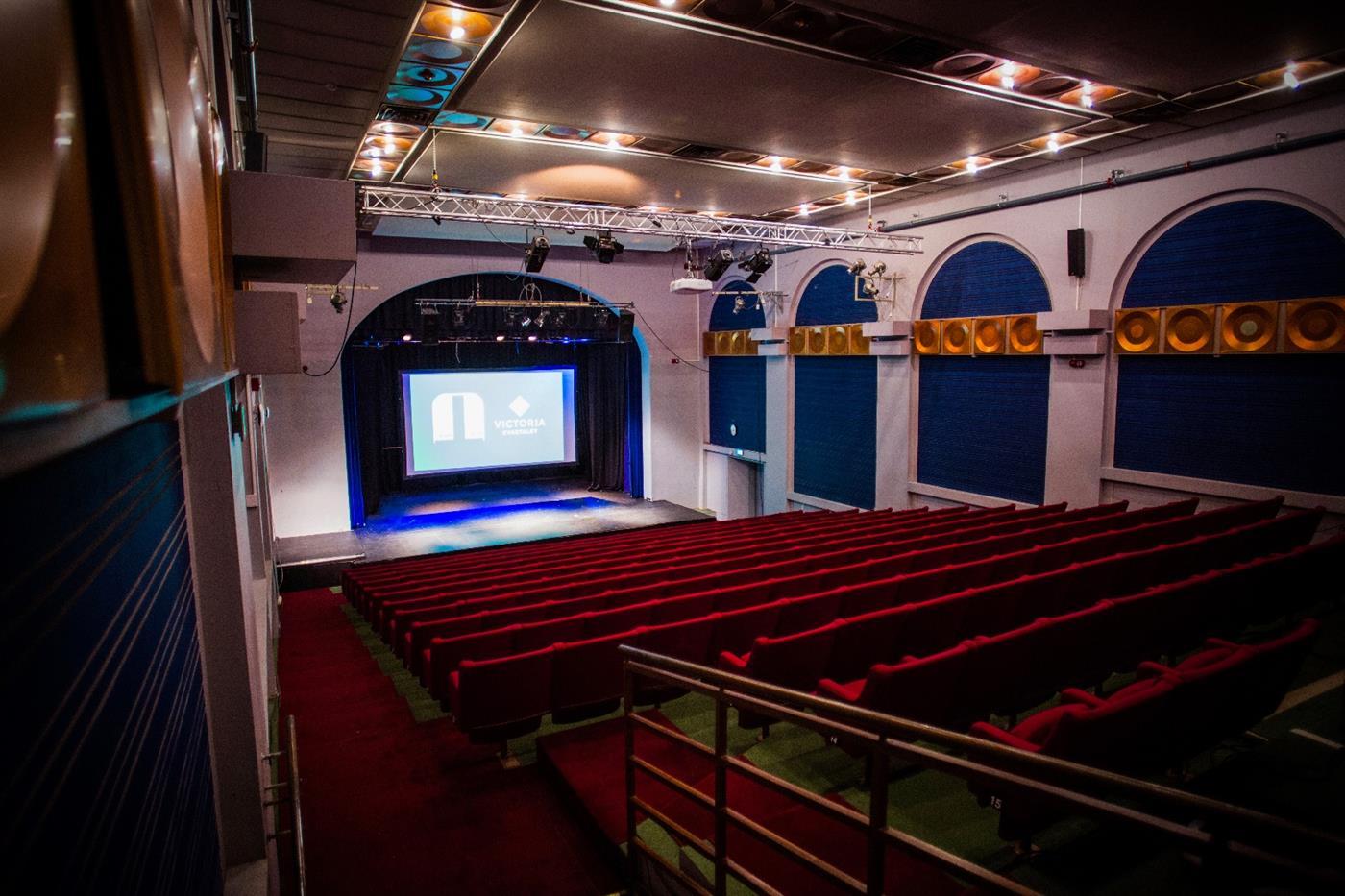 Konferanselokaler med scene og amfi på Hamar